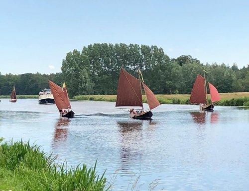 Punter optocht op de vecht aan het water bij Resort de Arendshorst in Ommen